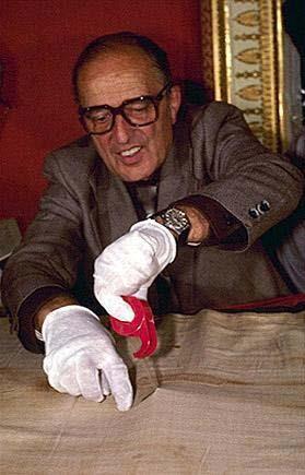 Max Frei raccoglie campioni di pollini dalla Sindone