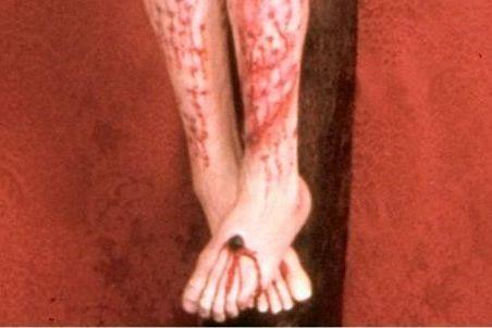 Particolare dei piedi di un crocifisso