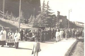 Il corteo funebre passa per via Capitolina