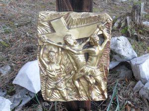 Undicesima stazione - Gesù è inchiodato alla croce